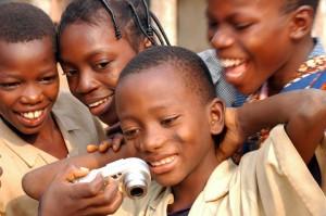 Enfants africains découvrant leurs photos