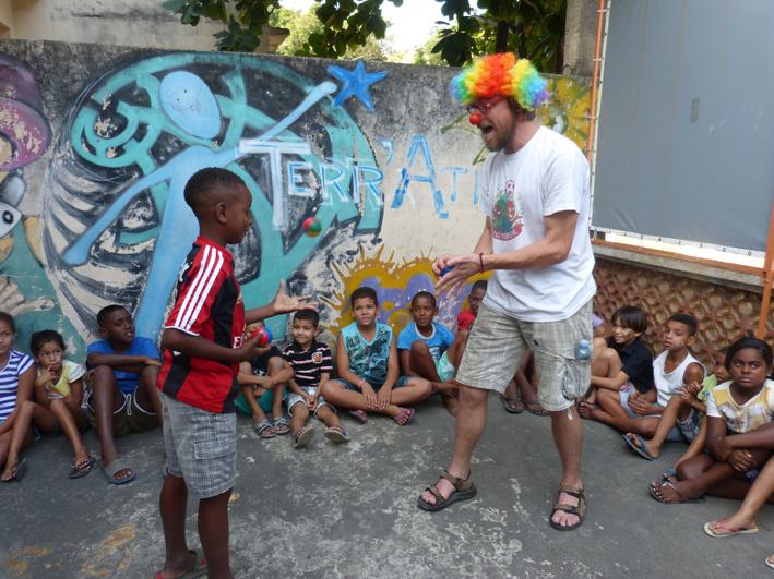 Jérémie lors d'un atelier cirque auprès des enfants